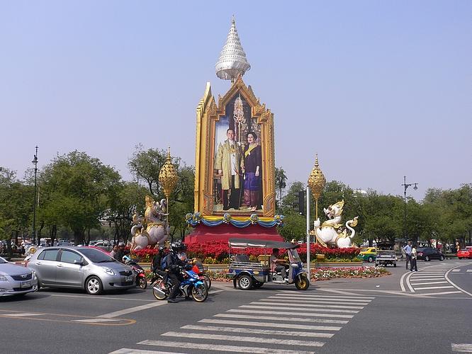 König Bumiphol Statue nähe Königspalast in Bangkok, Thailand © by Volkmar Neumann, Hagen Westf